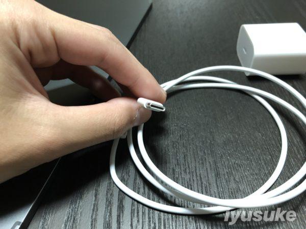 新型iPad ProのUSB-Cケーブルと電源アダプタ